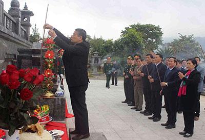 Đoàn đại biểu dâng hương tại Nghĩa trang Liệt sỹ tỉnh (ảnh: BLC)