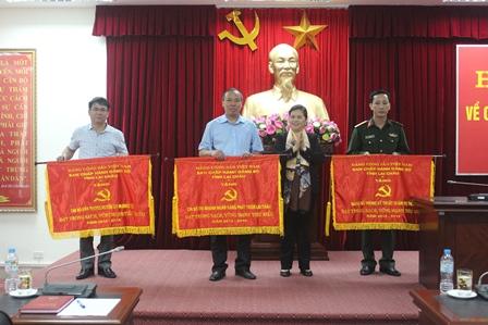 Đồng chí Giàng Páo Mỷ - Ủy viên BCH Trung ương Đảng, Phó Bí thư Thường trực Tỉnh ủy tặng Cờ cho 3 tổ chức cơ sở đảng đạt trong sạch vững mạnh tiêu biểu 5 năm liên tục