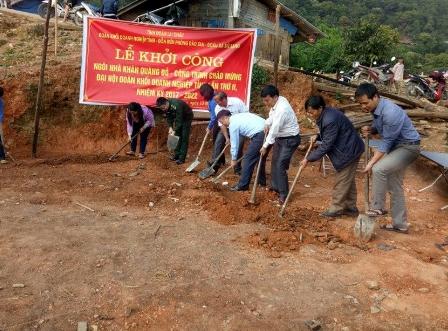 Đại diện Đoàn Khối Doanh nghiệp tỉnh, Đồn biên phòng Dào San, nhà trường, chính quyền địa phương, Đoàn xã Mù Sang khởi công xây dựng ngôi nhà