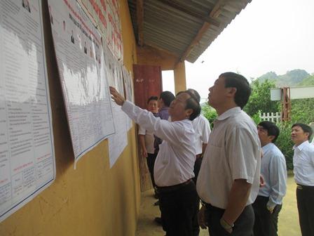 Đoàn kiểm tra tiến hành kiềm tra việc niêm yết danh sách tại điểm bỏ phiếu bản Tả Chải, xã Sùng Phài
