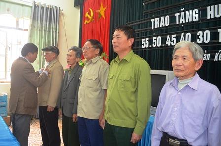 Thường trực Đảng ủy phường Đoàn Kết trao Huy hiệu,  Quyết định cho các đảng viên