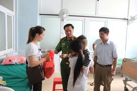 Đại tá Bùi Gia Lượt tặng quà cho các nạn nhân bị thương