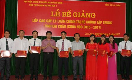 Tiến sỹ Đậu Tuấn Nam - Phó Giám đốc Học viện Chính trị khu vực I  trao Bằng tốt nghiệp cho các học viên