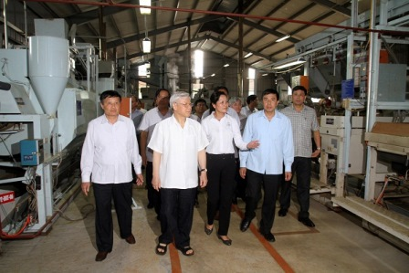 Tổng Bí thư Nguyễn Phú Trọng và các đồng chí lãnh đạo tỉnh thăm nhà máy chế biến sản phẩm chè chất lượng cao Công ty cổ phần chè Tam Đường