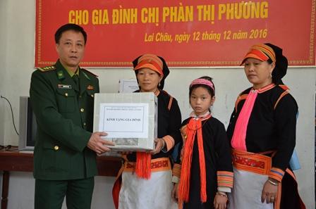 Đại diện lãnh đạo Bộ Chỉ huy Bộ đội Biên phòng tỉnh trao quà cho gia đình chị Phương