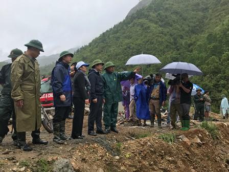 Đồng chí Phòng Quốc Hiển cùng đoàn công tác, lãnh đạo tỉnh, huyện Tam Đường thị sát điểm sạt lở bản Chu Va 12, xã Sơn Bình