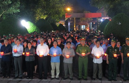 Các đại biểu dâng nến tại nghĩa trang liệt sỹ tỉnh