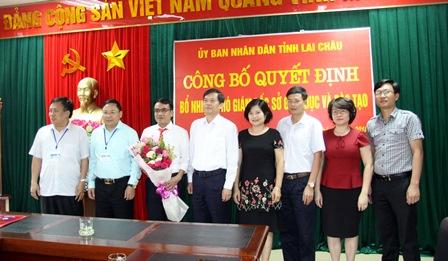Đồng chí Đỗ Ngọc An - Phó Bí thư Tỉnh ủy, Chủ tịch UBND cùng đại diện các sở, ban, ngành tỉnh chúc mừng tân Phó Giám đốc Sở GD&ĐT