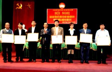 Đại diện lãnh đạo MTTQ VN tỉnh tặng Bằng khen cho các tập thể xuất sắc
