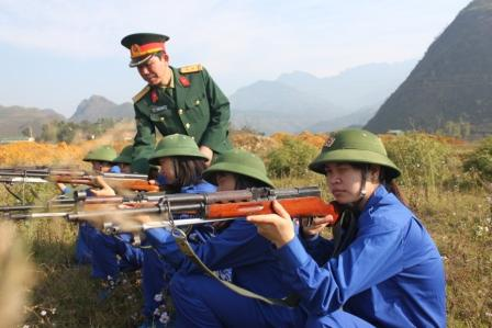 Cán bộ Bộ CHQS tỉnh tham gia huấn luyện bắn súng cho lực lượng tự vệ