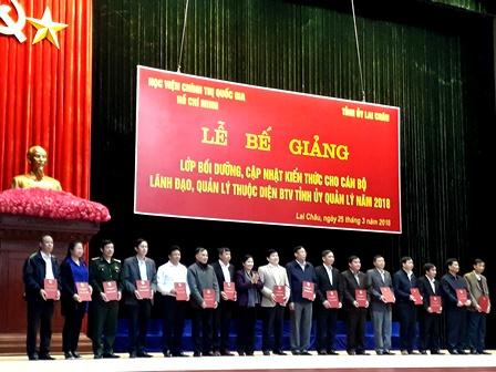 Đồng chí Giàng Páo Mỷ, UVBCH TW Đảng, Phó Bí thư TT Tỉnh ủy trao chứng nhận tốt nghiệp cho các đồng chí đại diện học viên lớp bồi dưỡng