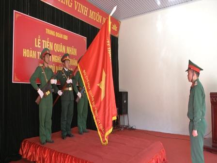 Chiến sỹ hoàn thành nghĩa vụ quân sự tuyên thệ dưới quân kỳ Quyết thắng