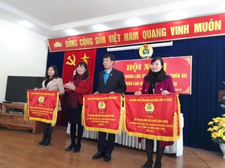 Đồng chí Nguyễn Thị Thiện, TUV, Chủ tịch LĐLĐ tỉnh tặng Cờ thi đua xuất sắc cho các đơn vị dẫn đầu các khối thi đua