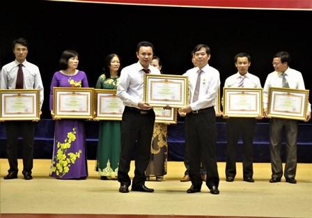 Đồng chí Đỗ Ngọc An, Phó Bí thư Tỉnh ủy - Chủ tịch UBND tỉnh  tặng Bằng khen cho các tập thể có thành tích xuất sắc trong thực hiện  Luật Thi đua - Khen thưởng