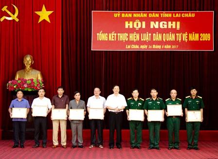 Đồng chí Vũ Văn Hoàn - Phó Bí thư Tỉnh uỷ, Chủ tịch HĐND tỉnh trao Bằng khen cho các tập thể có thành tích xuất sắc trong thực hiện nhiệm vụ quân sự, quốc phòng và triển khai thực hiện Luật DQTV năm 2009