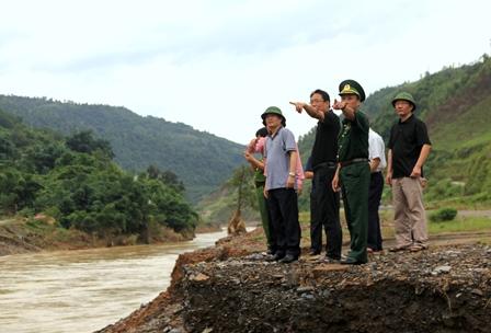 Đoàn công tác của UBND tỉnh kiểm tra thiệt hại tại khu vực cầu Pá Bon tại xã Nậm Pì (cầu bị cuốn trôi trong đợt mưa lũ vừa qua)