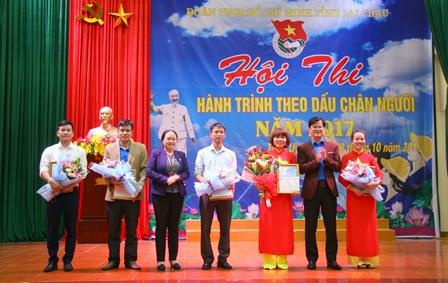Lãnh đạo huyện Than Uyên và Tỉnh Đoàn trao giải Nhất cho Đội Trường THPT Than Uyên