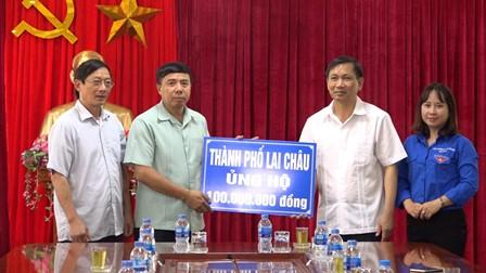 Đồng chí Vương Văn Thắng - UVBTV Tỉnh ủy, Bí thư Thành ủy thành phố Lai Châu trao số tiền trợ giúp cho huyện Tam Đường