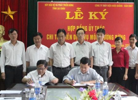 Đồng chí Lê Trọng Quảng, Phó Chủ tịch UBND tỉnh chứng kiến 2 bên ký kết