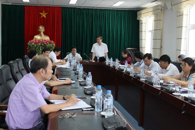 Đồng chí Vương Văn Thành - Ủy viên Ban Thường vụ Tỉnh ủy, Phó Chủ tịch UBND tỉnh báo cáo với đoàn về tình hình thực hiện các chính sách dân tộc trên địa bàn tỉnh thời gian qua.