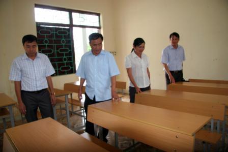 Đồng chí Lê Xuân Phùng - UVBTV Tỉnh ủy, Phó Chủ tịch UBND tỉnh kiểm tra cơ sở vật chất Trường THCS xã Bản Bo, huyện Tam Đường