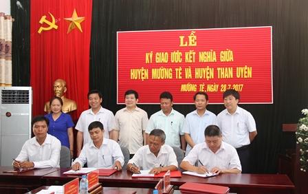 Lãnh đạo hai huyện chứng kiển lễ ký kết giữa xã Pa Ủ huyện Mường Tè và xã Mường Mít huyện Than Uyên