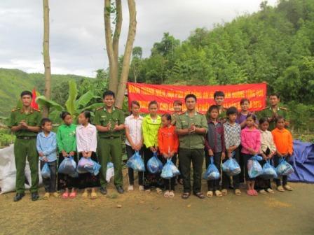 Đoàn Thanh niên, Hội phụ nữ và Công an huyện Tam Đường tặng quà cho các em học sinh bản Phiêng Hoi - xã Bản Bo
