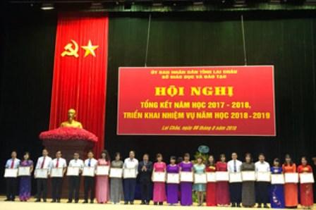 Các tập thể, cá nhân có thành tích xuất sắc năm học 2017-2018 được khen thưởng
