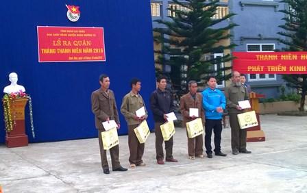 Đại diện lãnh đạo Huyện đoàn tặng quà cho các gia đình chính sách tại Lễ ra quân