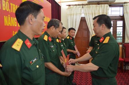 Đồng chí Đại tá Trương Minh Đức, Phó Bí thư Thường trực Đảng ủy, Chính ủy Bộ CHQS tỉnh trao Quyết định và gắn quân hàm cho các đồng chí được thăng quân hàm từ cấp Trung tá lên cấp Thượng tá