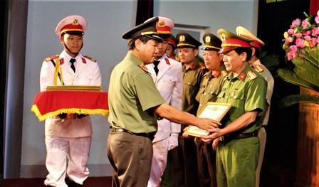 Thiếu tướng Lê Văn Bảy, TVTU, Giám đốc Công an tỉnh trao danh hiệu Chiến sỹ thi đua cho các cá nhân