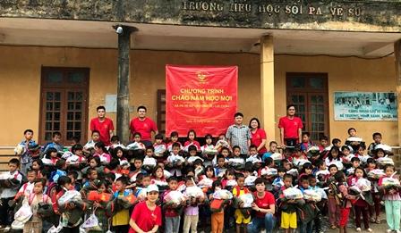 Nhóm Nụ cười trẻ thơ tặng quà tại Trường Tiểu học Pa Vệ Sử