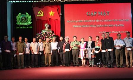 Đại diện lãnh đạo tỉnh và Công an tỉnh tặng quà người có uy tín trước khi đi thăm quan