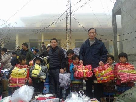 Tặng quà cho các em học sinh trường THCS xã Hồng Thu, huyện Sìn Hồ