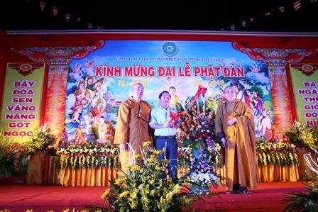 Đồng chí Tống Thanh Hải - Ủy viên Ban Thường vụ Tỉnh ủy, Phó Chủ tịch UBND tỉnh tặng lẵng hoa chúc mừng Đại lễ Phật đản Phật lịch 2560 - Dương lịch 2016