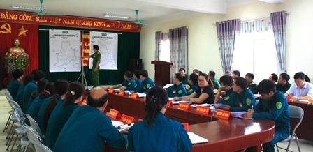 Trưởng Công an phường Đông Phong đưa ra một số tình huống giả định yêu cầu Ban Chỉ huy Quân sự phường đề xuất phương án xử lý