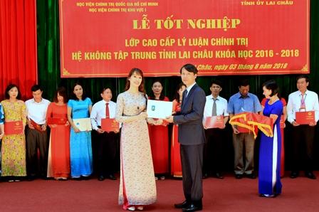 PGS.TS Hoàng Văn Hoan - Phó Giám đốc Học viện Chính trị Khu vực I trao Bằng tốt nghiệp cho các học viên