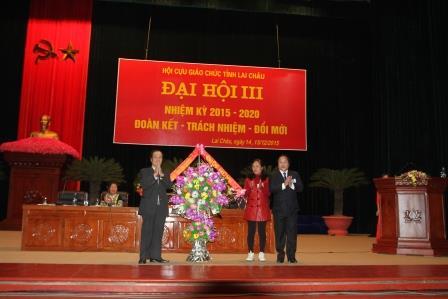 Đồng chí Tống Thanh Hải - Ủy viên BTV - Phó Chủ tịch UBND tỉnh tặng hoa chúc mừng Đại hội