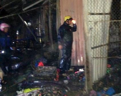 Lực lượng chức năng tham gia chữa cháy tại Khu chợ trung tâm thị trấn Sìn Hồ