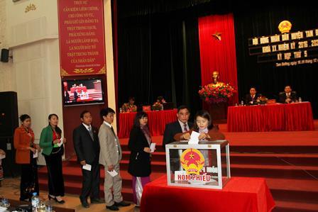 Các đại biểu bỏ phiếu bầu bổ sung thành viên UBND huyện nhiệm kỳ 2016 - 2021