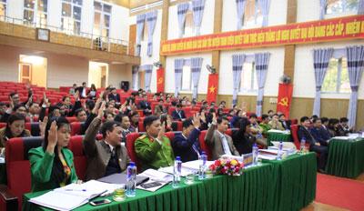 Đại biểu biểu quyết thông qua các nghị quyết trình tại Kỳ họp