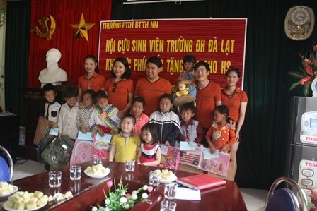 Đại diện Cựu sinh viên Đại học Đà Lạt tặng quà cho học sinh