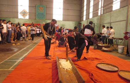 Các đội thi giã, nặn bánh dày tại Ngày Hội