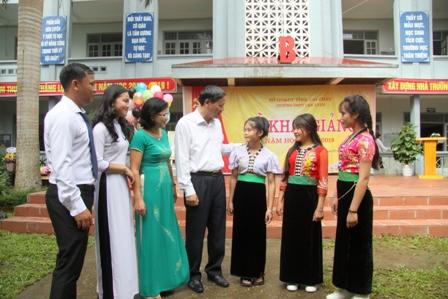 Đồng chí Vũ Văn Hoàn - Phó Bí thư Tỉnh ủy, Chủ tịch HĐND tỉnh trò chuyện cán bộ, giáo viên và học sinh nhà trường