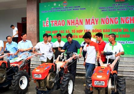 Lãnh đạo Veam Corporation hướng dẫn các đối tượng được nhận hỗ trợ quy trình hoạt động của của máy nông nghiệp