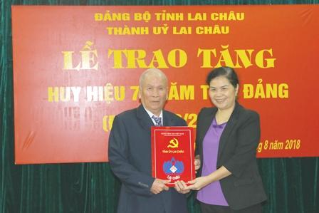 Đồng chí Giàng Páo Mỷ - UVBCHTW Đảng, Phó Bí thư TT Tỉnh ủy, Trưởng Đoàn đại biểu Quốc hội tỉnh trao Huy hiệu 70 năm tuổi Đảng cho đảng viên Trần Văn Ngẫu