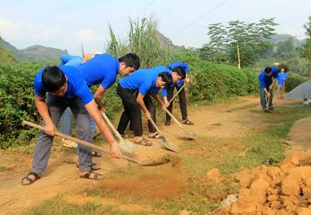 Đoàn viên thanh niên Khối các cơ quan tỉnh làm phẳng bề mặt, giúp người dân đổ bê tông tuyến đường