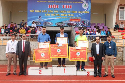 Ban Tổ chức Hội thi trao giải Nhất, Nhì, Ba toàn đoàn cho các đoàn có thành tích xuất sắc (ảnh: NT)