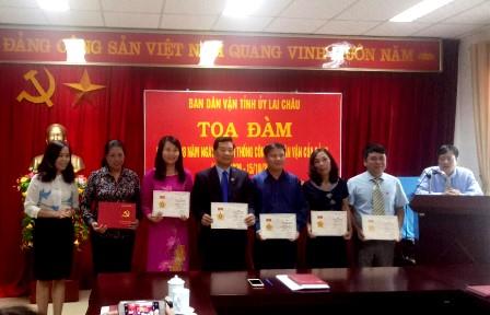 Lãnh đạo Ban Dân vận Tỉnh ủy trao Kỷ niệm chương vì sự nghiệp Dân vận của Ban Dân vận Trung ương cho các cá nhân