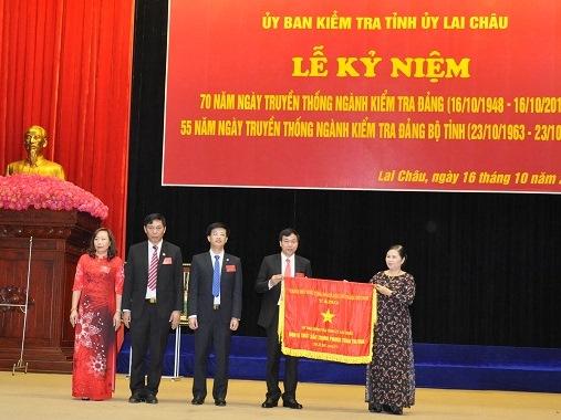 Đồng chí Giàng Páo Mỷ, UVBCHTW Đảng, Bí thư Tỉnh ủy trao Cờ thi đua của Thủ tướng Chính phủ tặng UBKT Tỉnh ủy